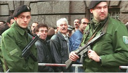 Polizeischutz vor dem Kammergericht Berlin am Tag der Urteilsverkündung nach dem Mammut-Prozess zum Mykonos-Attentat (10. April 1997)  Foto: picture alliance/ASSOCIATED PRES